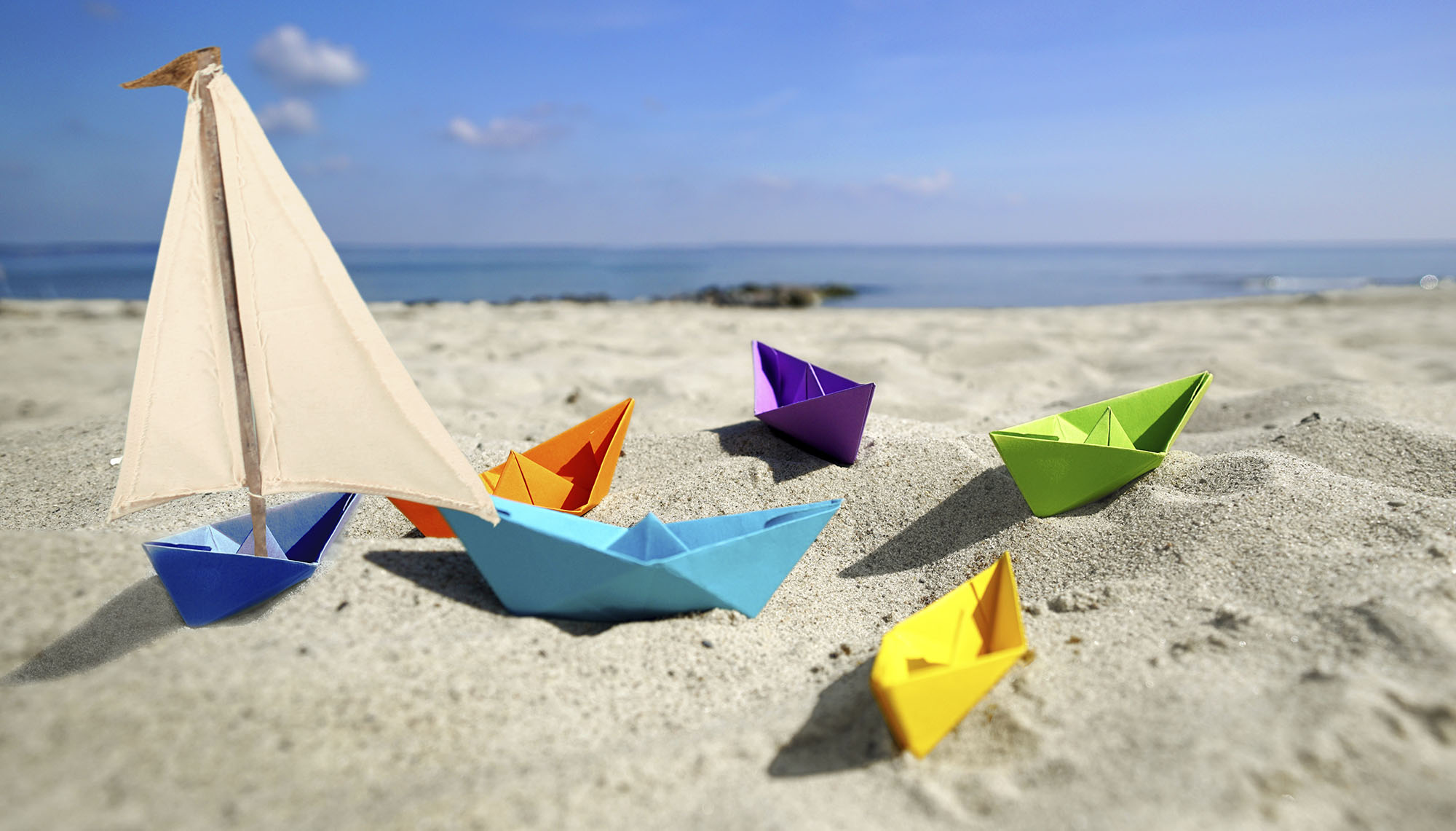 Viele bunte Boote als Sinnbild für Zufriedenheit im Familienalltag